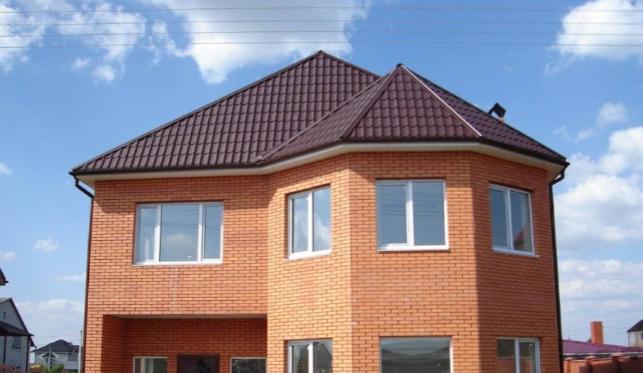 Фасад кирпичного дома часто выглядит скучно