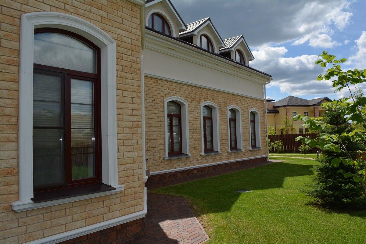 Декор фасада дома из пенопласта