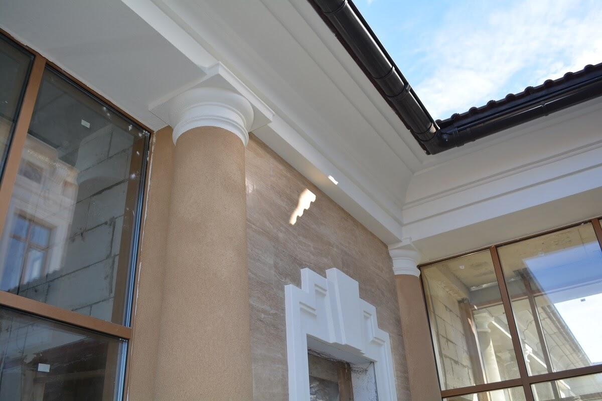 Пилястры на колоннах фасада